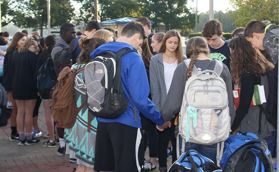 Students+pray+at+the+pole