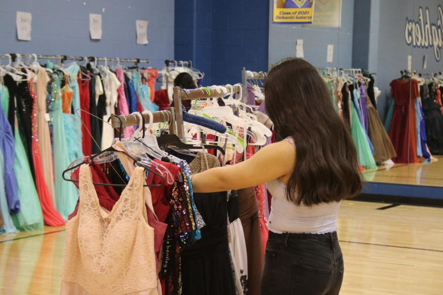 Yearbook hosts Prom Dress Event